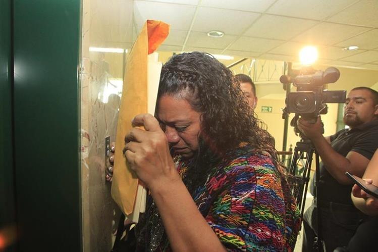 La gobernadora de Alta Verapaz Estela Ventura llora al salir de la citación con diputados el pasado miércoles. (Foto Prensa Libre: Hemeroteca PL)