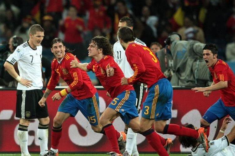 El español Carles Puyol festeja tras su anotación en la semifinal del Mundial de Sudáfrica entre España y Alemania (1-0), en el estadio de Durban, Sudáfrica (Foto Prensa Libre: Antonio Barrios)