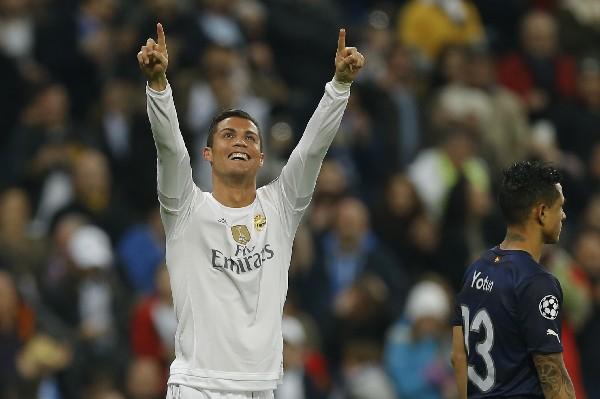 Cristiano Ronaldo festeja con su afición. (Foto Prensa Libre: AP)