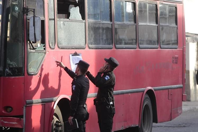 Agentes de PNC revisan buses luego de un ataque armado. (Foto Prensa Libre: Erick Ávila)