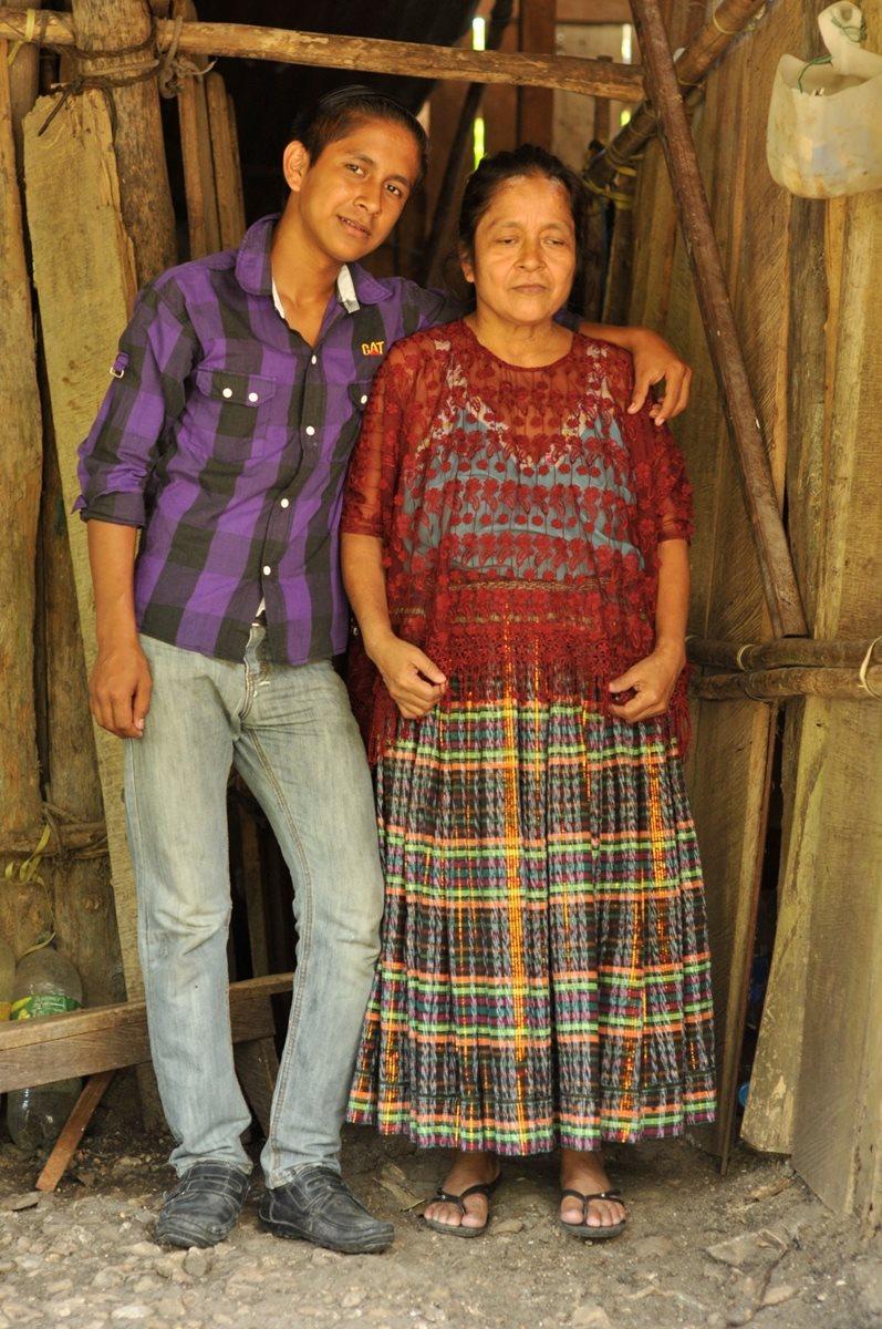 Rosa Choc es guiada por su hijo, el Chavas, para movilizarse en Sayaxché. (Foto Prensa Libre: Rigoberto Escobar)