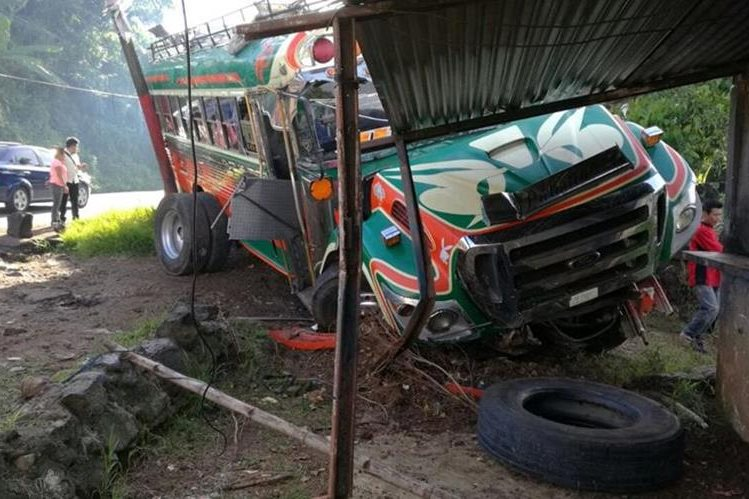 Autobús queda empotrado en taller de mecánica ubicado en Barberena, Santa Rosa. (Foto Prensa Libre: Oswaldo Cardona)