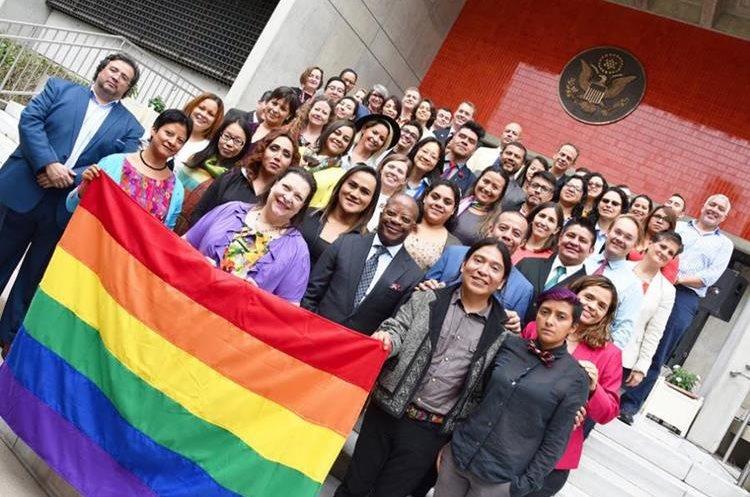 El embajador Todd Robinson se reúne con miembros de la comunidad LGBTI. (Foto Prensa Libre: @usembassyguate).