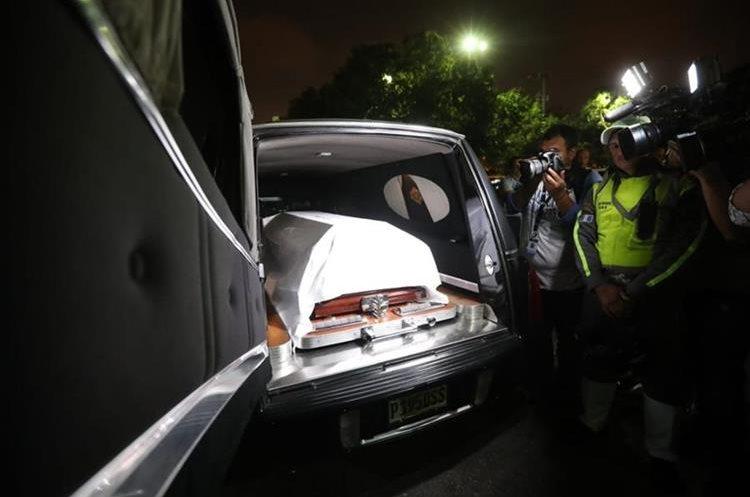 La carroza fúnebre en la que fue trasladado el cuerpo del alcalde Álvaro Arzú. (Foto Prensa Libre: Érick Ávila).