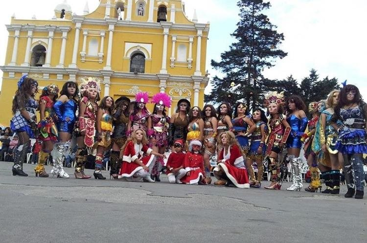 El Convite Femenino Olintepequense se presenta cada 25 de diciembre, frente a la iglesia católica de ese municipio de Quetzaltenango. (Foto Prensa Libre: María José Longo)