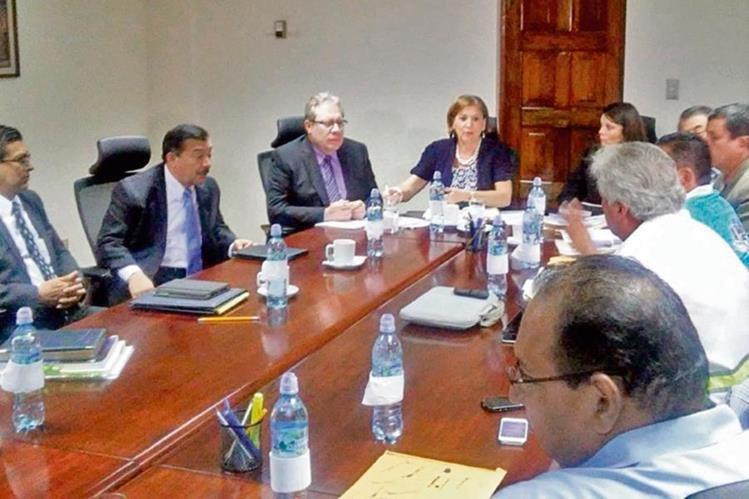 MarÍa Eugenia Villagrán, procuradora general de la Nación, presidió la reunión con la SAT y trabajadores de la portuaria.
