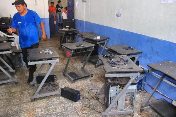 Maestro inspecciona el lugar donde fue robado equipo de cómputo en el 2014 en la Escuela Oficial Soledad Ayau. (Foto Prensa Libre: Hemeroteca PL).