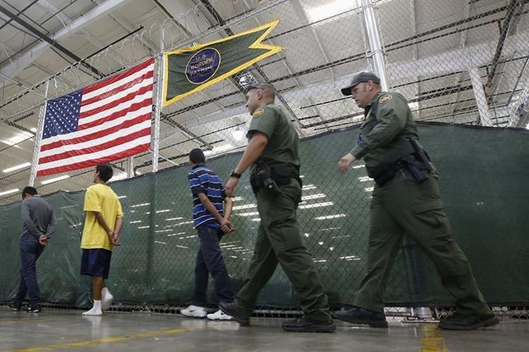 Inmigrantes detenidos en un centro de detención paraindocumentados en Texas. (AFP).