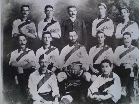 El Guatemala Foot-Ball Club fue el primer equipo que se integró en el país. Su primer partido fue el 14 de septiembre de 1902. El club más tarde contó con las oncenas Blancos y Azules (Foto Prensa Libre: Hemeroteca PL)