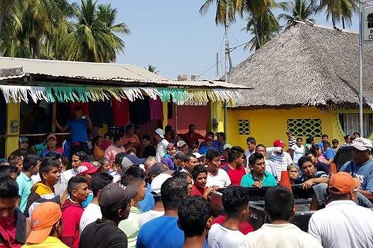 Pobladores en Ocós, San Marcos, piden la entrega de un hombre capturado. (Foto Prensa Libre: Alexánder Coyoy)