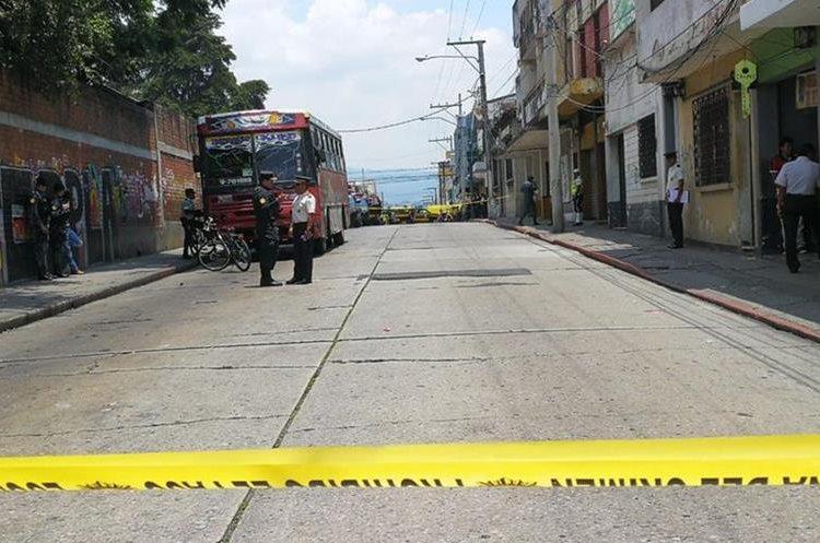 Agentes de la PNC resguardan el lugar donde se registró la explosión, en la zona 1 de la capital. (Foto Prensa Libre: Estuardo Paredes)