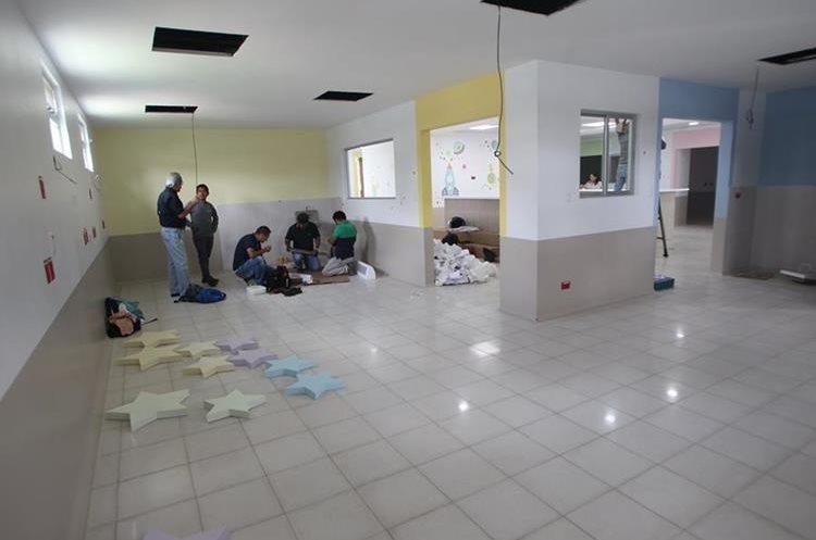 Trabajadores afinan detalles en una de las salas de la nueva emergencia de pediatría en el hospital Roosevelt (Foto Prensa Libre: Erick Ávila)