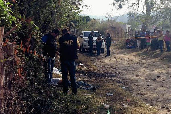 El occiso fue hallado en el camino que conduce a la aldea San Cash. (Foto Prensa Libre: Hugo Oliva)