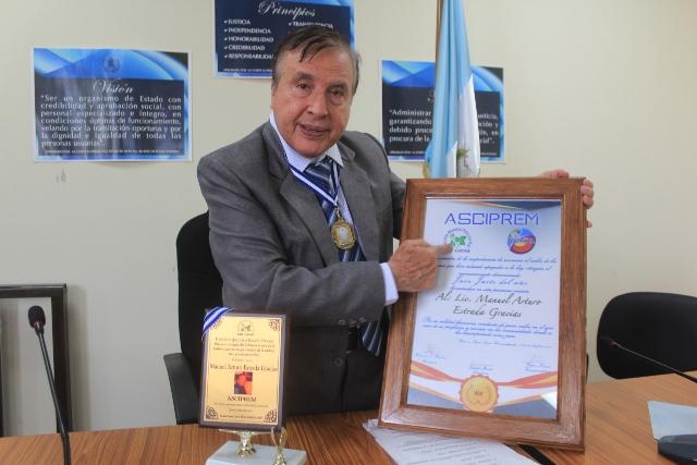 """Manuel Arturo Estrada García, de 68 años, fue nombrado """"juez justo del año"""" en Sololá. (Foto Prensa Libre: Ángel Julajuj)"""