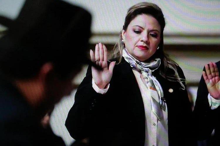 Canciller Sandra Jovel toma juramento antes de la reunión con diputados. (Foto Prensa Libre: Carlos Hernández)