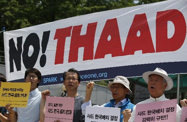 Activistas protestan en las afueras del ministerio de Defensa, en Seúl. (AFP).