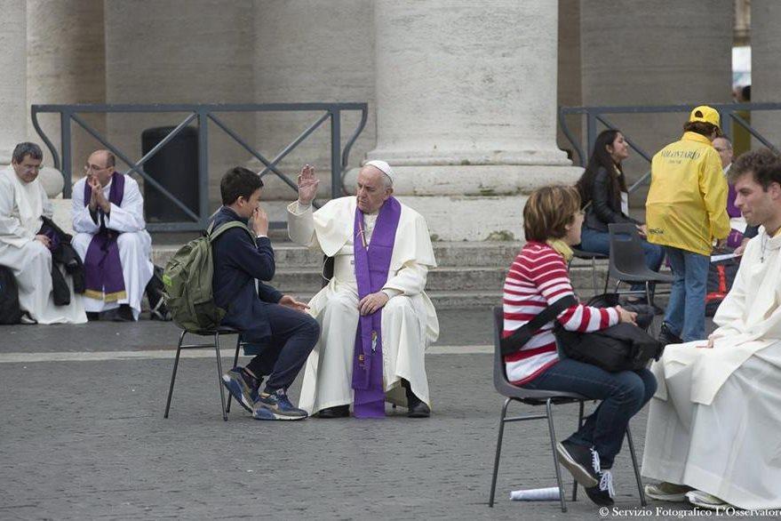 El papa Francisco confesó a un joven en la plaza. (Foto Prensa Libre: EFE)