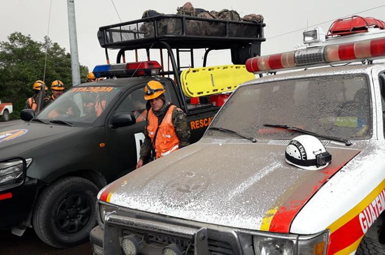 Una ambulancia de los Bomberos Voluntarios de una estación cercana al volcán se ve cubierta de arena. (Foto Prensa Libre: Víctor Chamalé)