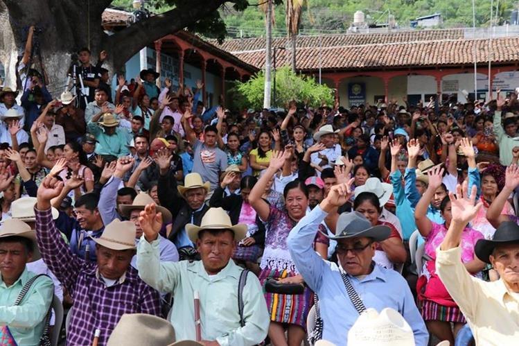 Sectores sociales de Sacapulas, Quiché, se manifiestan en contra del alcalde, Juan José Tiú, porque no ha respondido a las demandas de los pobladores. (Foto Prensa Libre: Héctor Coredero)