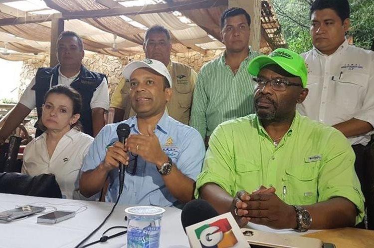 Los ministros de Ambiente de Honduras y Guatemala hablan sobre los acuerdos alcanzados. (Foto Prensa Libre: Dony Stewart)