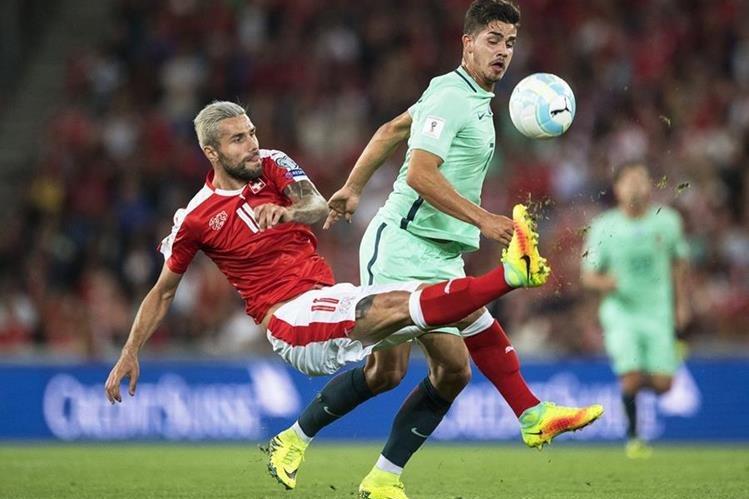Valon Behrami (i) de Suiza disputa el balón con Andre Silva (d) de Portugal. (Foto Prensa Libre: EFE)