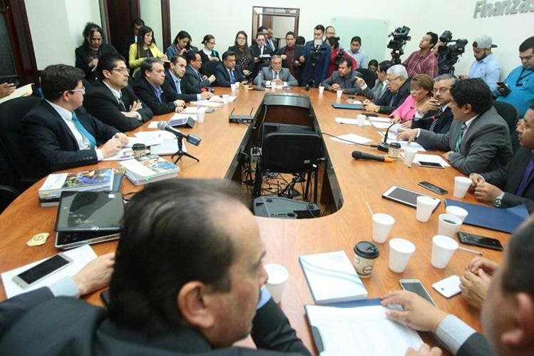 Funcionarios de Estado pidieron al Congreso, por la mañana, aprobar bonos para mantener subsidio a la energía. (Foto, Prensa Libre: Álvaro Interiano)