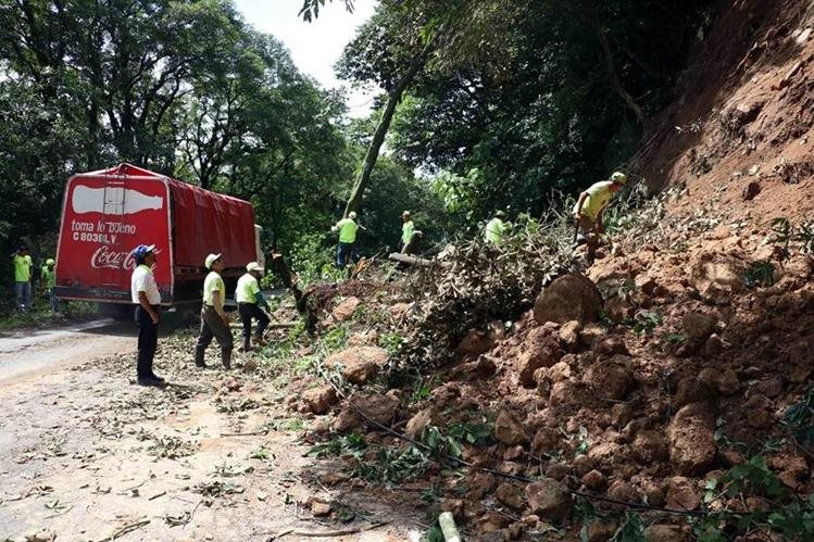 Personal de Covial retiran derrumbe en el km 198 de la ruta entre Quetzaltenango y Retalhuleu, en El Palmar.(Foto Prensa Libre: Carlos Ventura)