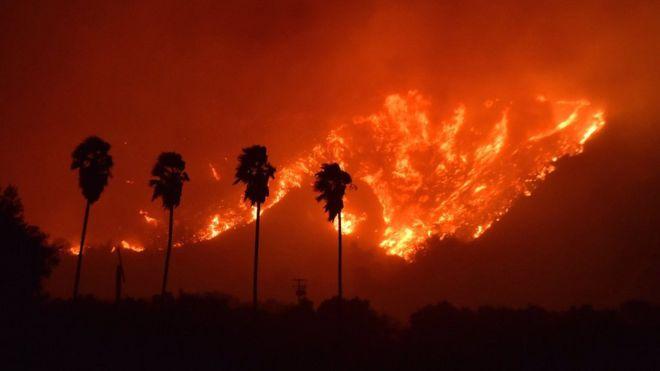La rápida propagación del fuego ha hecho muy difícil la tarea de contener las llamas para los servicios de emergencia. EPA