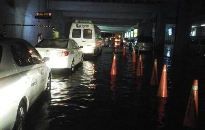 La salida de pasajeros en la terminal aérea se inundó con la lluvia. (Foto Prensa Libre: Sandra Escobar)