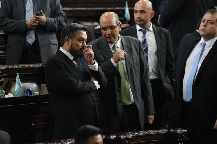Durante la discusión fue evidente las negociaciones entre Orlando Blanco y Javier Hernández de los partidos UNE y FCN, respectivamente.