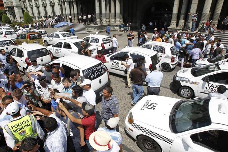 Taxistas han manifestado en la capital en contra del servicio de taxis Uber. (Foto Prensa Libre: Paulo Raquec)