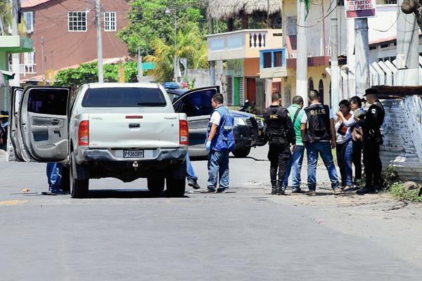 Las autoridades  investigan la muerte de  Juan Balvino Monterroso, en Puerto San Jose, Escuintla. (Foto Prensa Libre: Carlos Paredes)