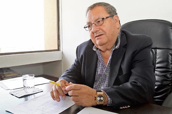 Rafael Salguero conversó con TodoDeportes en su oficina, respecto del escándalo de corrupción que ha sacudido la cúpula de la Fifa y de las lecciones que deberá aprender el futbol mundial. (Foto Prensa Libre: Eddy Recinos)