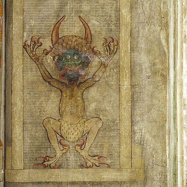 """En Europa, se escribía en pergamino, como esta """"Biblia del Diablo"""", escrita al principio del siglo XIII. ISTOCK"""