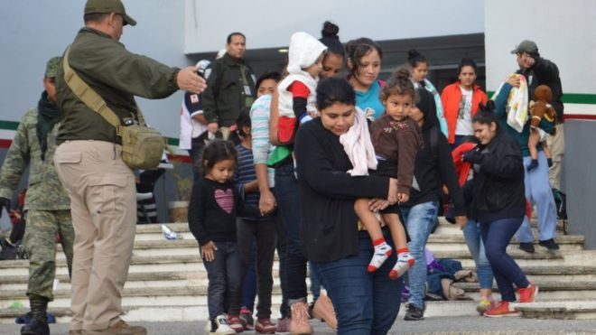 Entre los inmigrantes rescatados había varios niños. EPA