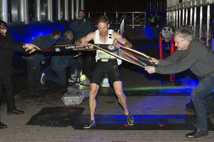 El australiano Darren Wilson cruza la línea de la meta. (Foto Prensa Libre: AFP).