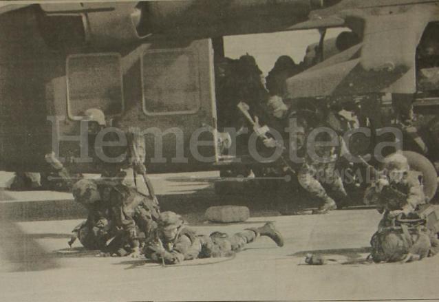 Tropas estadounidenses desembarcan en Puerto Príncipe, para garantizar la salida de los militares golpistas y el regreso del presidente en el exilio Jean-Bertrand Aristide. Los primeros soldados llegaron en 10 helicópteros. (Foto: Hemeroteca PL)