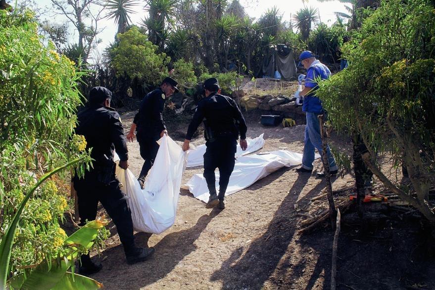 Familiares de Ramiro Cruz Arias fueron muertos el 26 de febrero último en la aldea El Durazno, San Pedro Pinula, Jalapa. (Foto Prensa Libre: Hugo Oliva)
