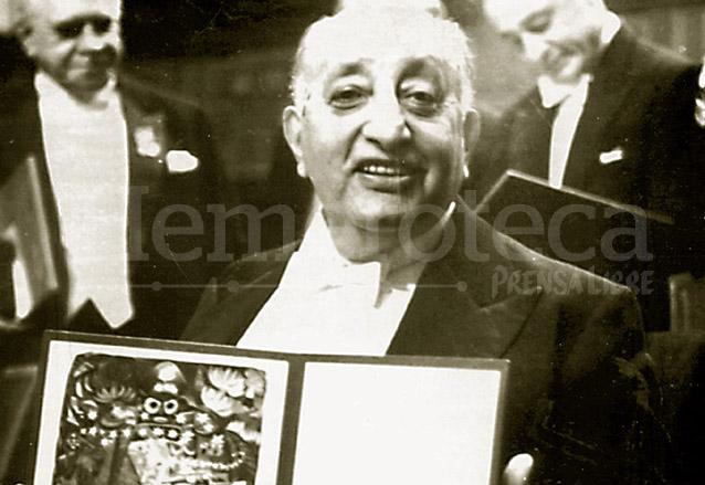 Miguel Ángel Asturias recibe el Premio Nobel de Literatura el 10 de diciembre de 1967 en Estocolmo, Suecia. (Foto: Hemeroteca PL)