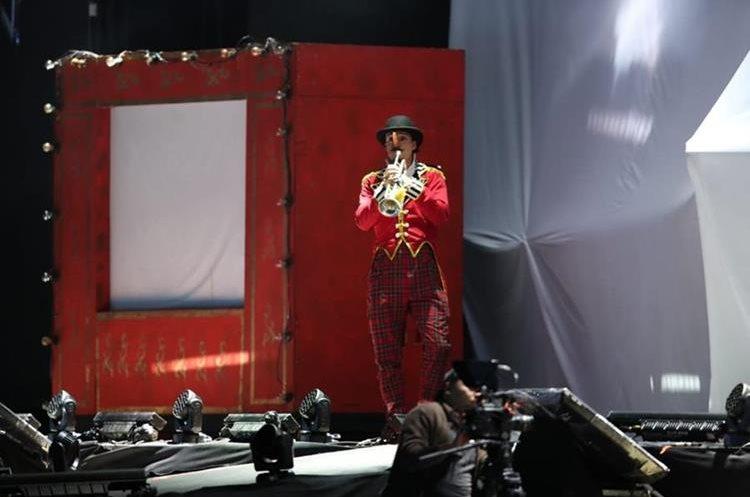 El polifacético, Panchorizo, animó al público con sus malabares, acrobacias y comedia durante el show