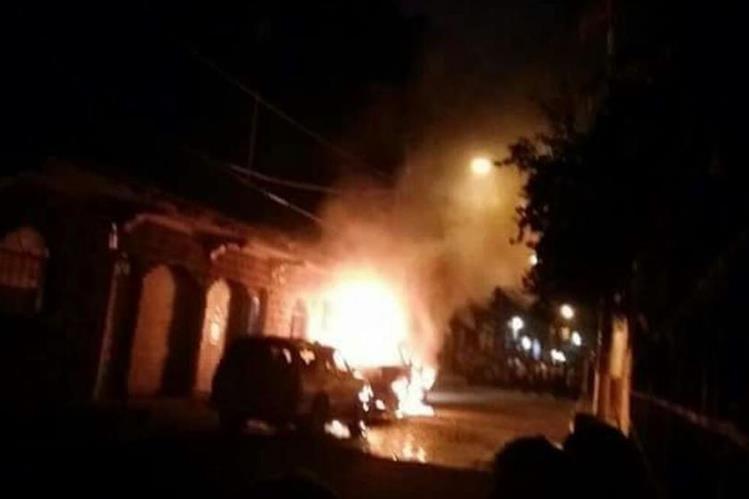 El autopatrulla en llamas en La Democracia, Escuintla. (Foto Prensa Libre: Enrique Paredes)
