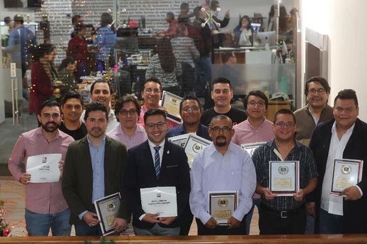 Los periodistas ganadores del año recibieron un reconocimiento del Consejo Editorial de Prensa Libre y Guatevisión. (Foto Prensa Libre: Érick Ávila)