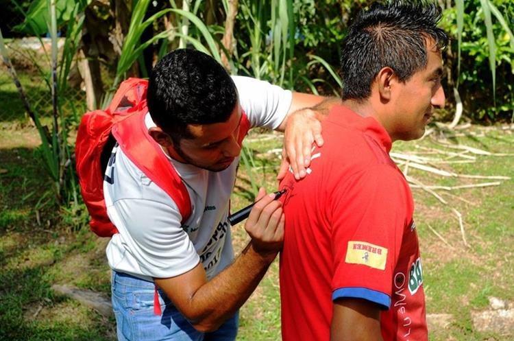 Cristián Jiménez firma la camisola de un aficionado.