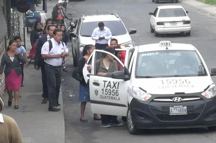 Varios taxis prestaron el servicio colectivo cobrando Q 10 por persona sólo hasta el Trébol.