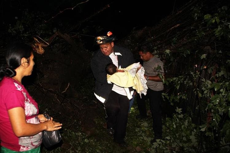 Socorristas efectúan evacuación de familias en Gualán, Zacapa. (Foto Prensa Libre: Julio César Vargas)