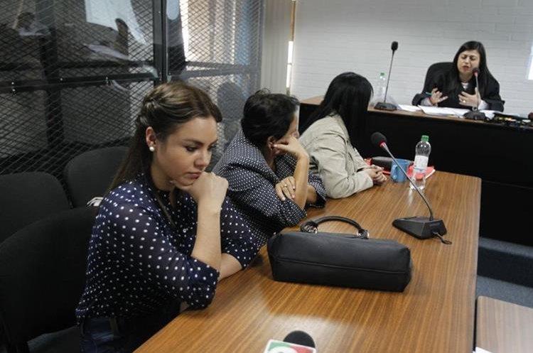 Alejandra Reyes, viuda de Byron Lima, fue la única asistente al juicio para extinguir los bienes del capitán. (Foto Prensa Libre: Paulo Raquec)