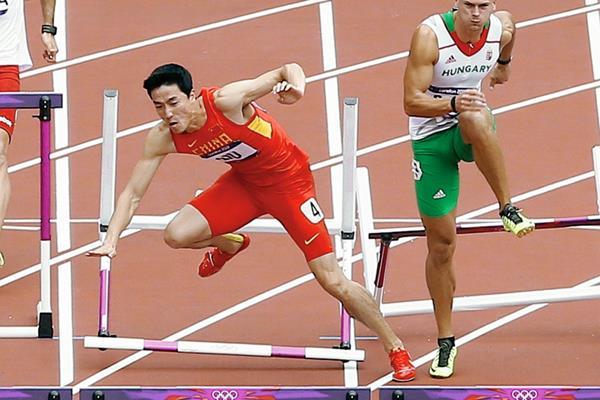 El chino Liu Xiang se hizo famoso al ganar la medalla de oro en los Juegos Olímpicos de Atenas 2004. (Foto Prensa Libre: AP)