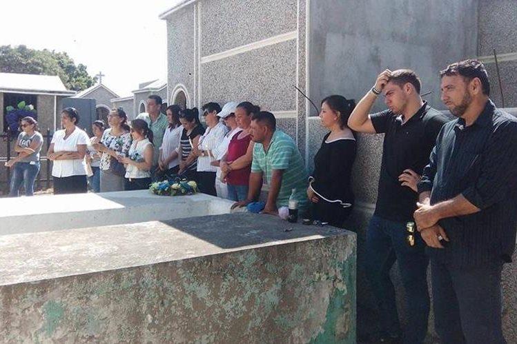 Grupo de personas permanece frente a la morgue para recordar a las dos víctimas. (Foto Prensa Libre: Mario Morales).