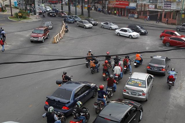 En la intersección de los bulevares El Naranjo y San Nicolás, zona 4 de Mixco, circulan uno 10 mil vehículos al día, según el vocero de la comuna mixqueña. (Foto Prensa Libre: Paulo Raquec)