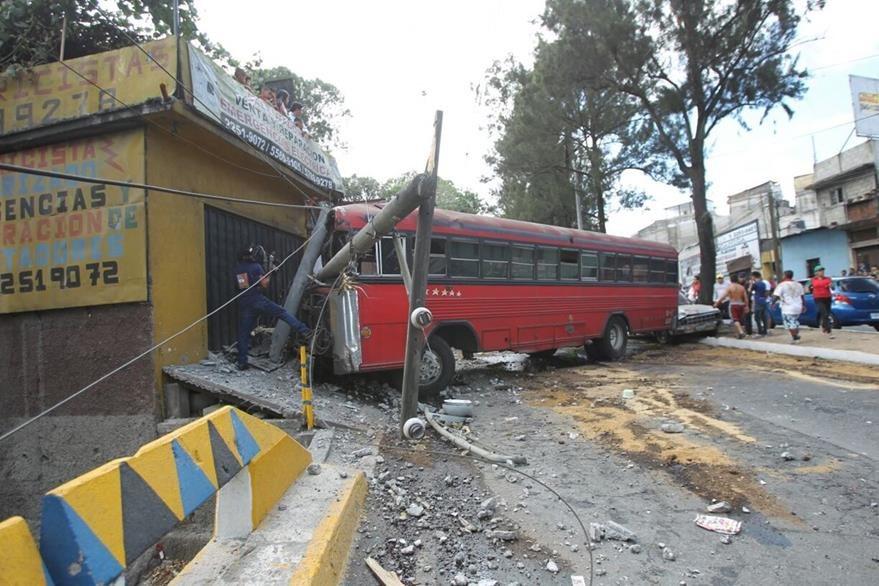 La unidad de transporte urbano chocó contra una casa y un poste de luz que derribó. (Foto Prensa Libre: Erick Ávila)
